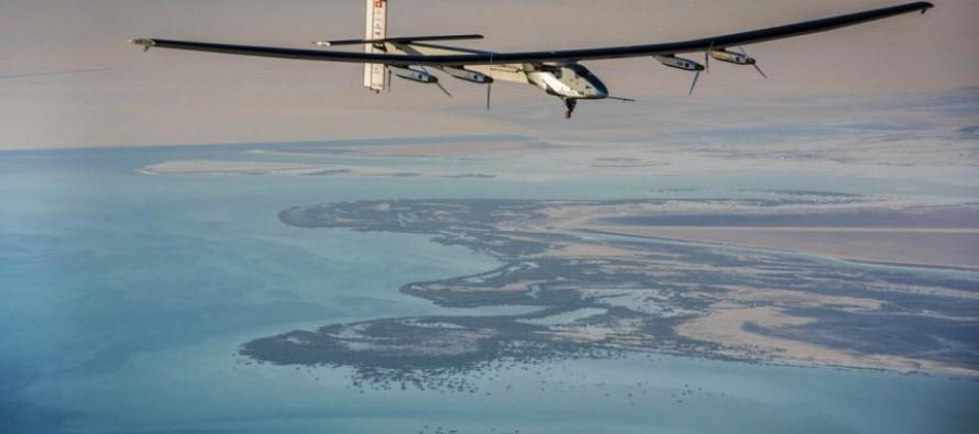 Decollato l'aereo a energia solare che farà il giro del mondo