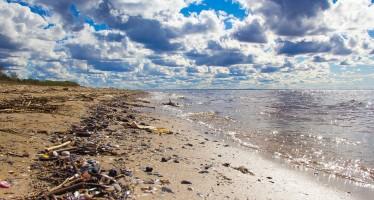 Un'invenzione per pulire gli oceani dalla plastica
