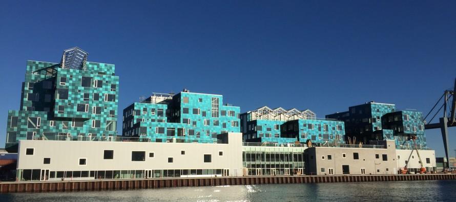 Piastrelle solari colorano le pareti della Copenhagen international school